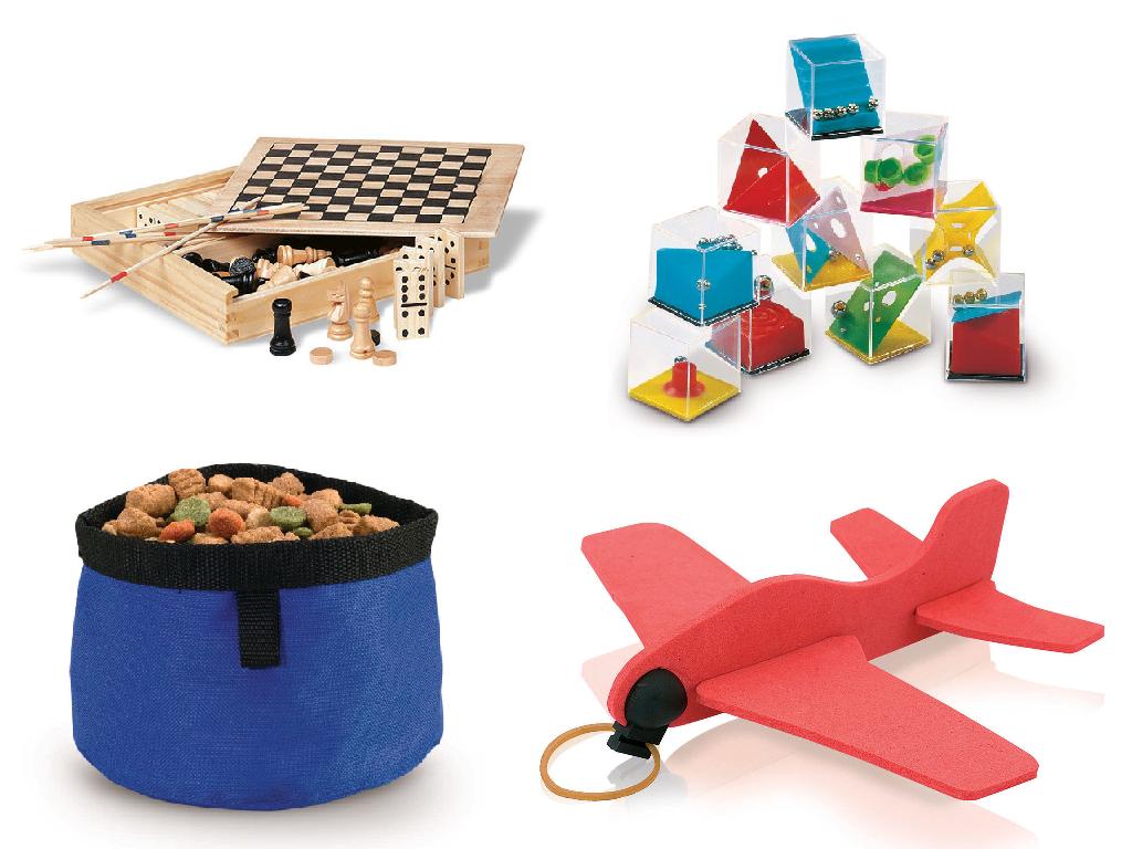 Merchandising. Se muestra un ajedrez, un puzzle, un avión de goma eva y un bol para perros.
